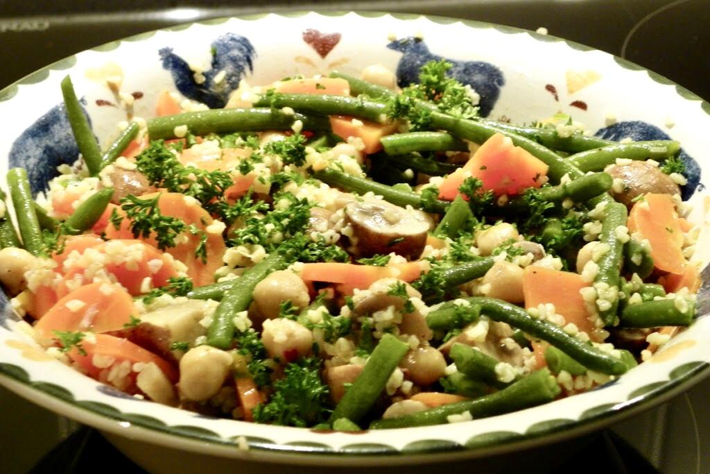 Arabische salade met gerst en gemarineerde champignons