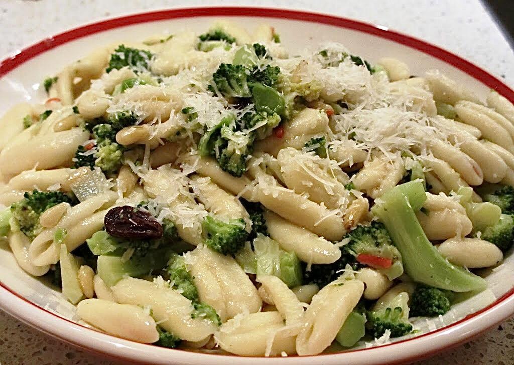 Casarecce met broccoli, ansjovis en pijnboompitten