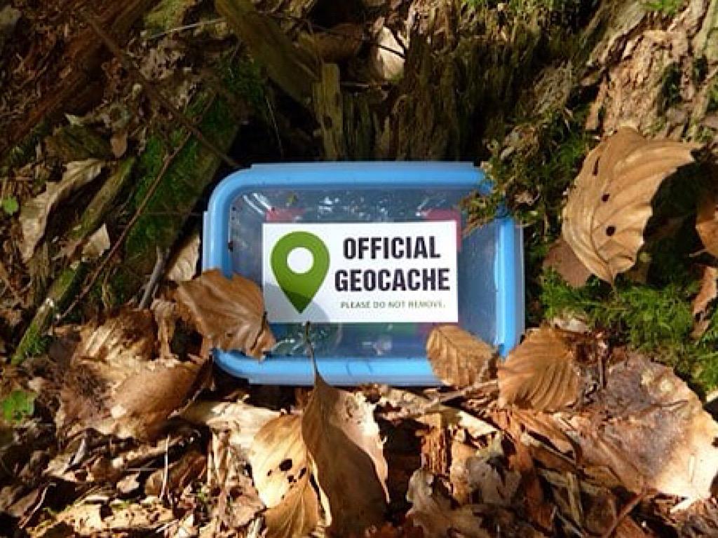 Geocaching zoeken naar schatten in de natuur