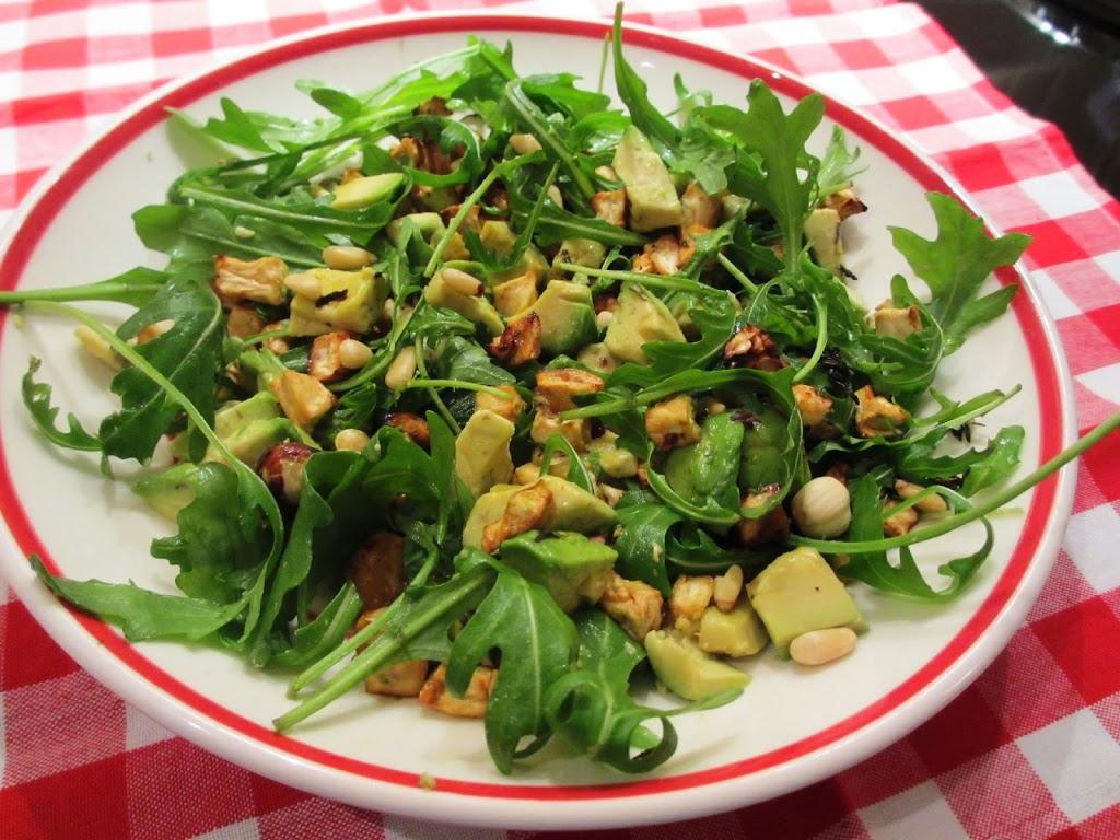 Lauwwarme salade van spelt, geroosterde knolselderij, avocado en rucola
