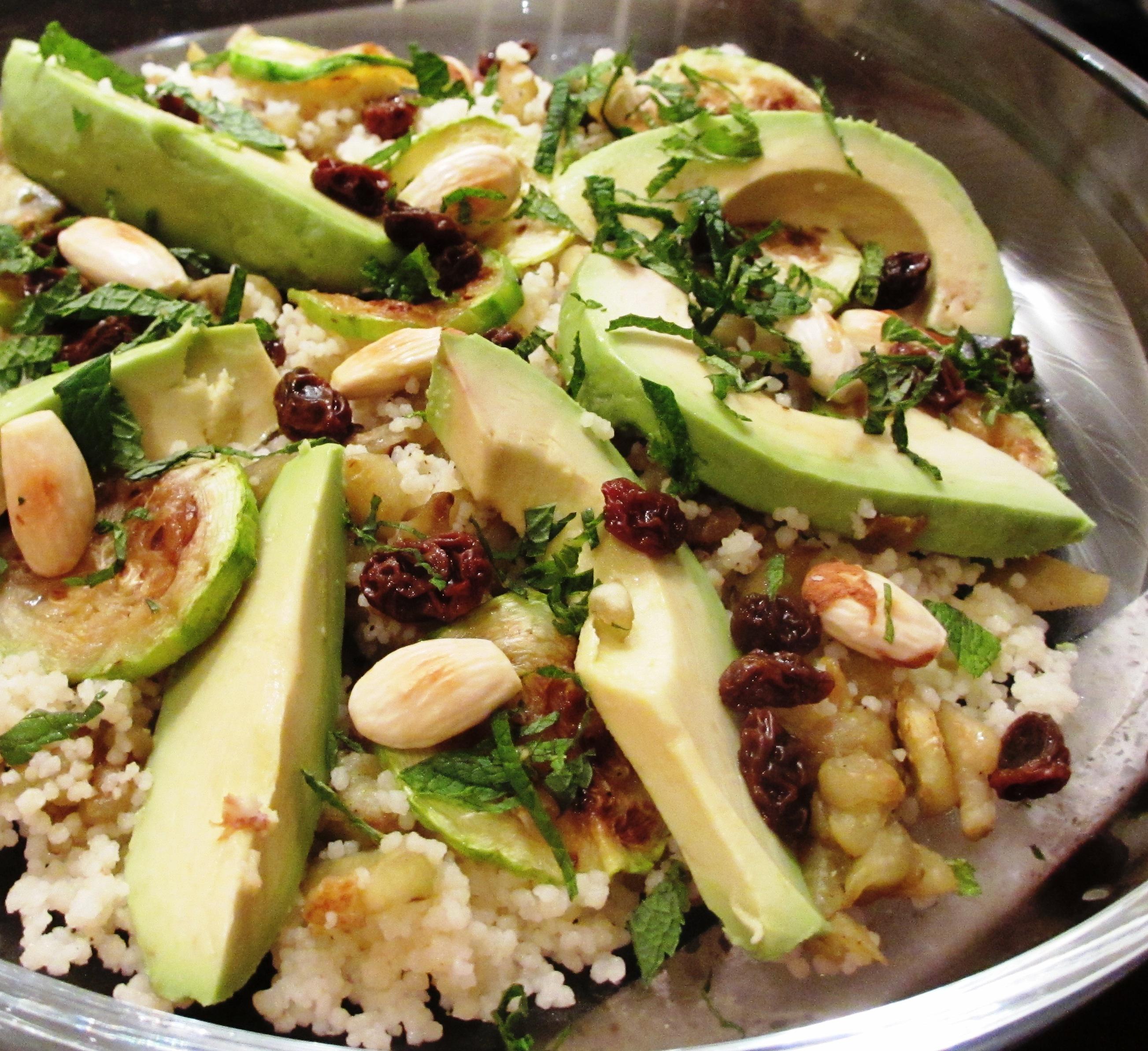 Couscous met aubergine, courgette en avocado