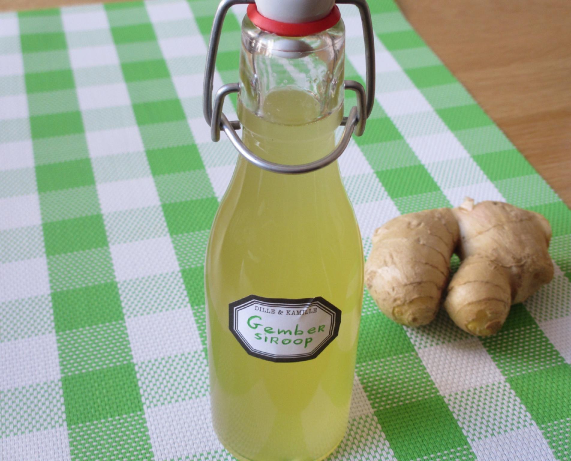 Zelfgemaakte gembersiroop in een flesje met etiket
