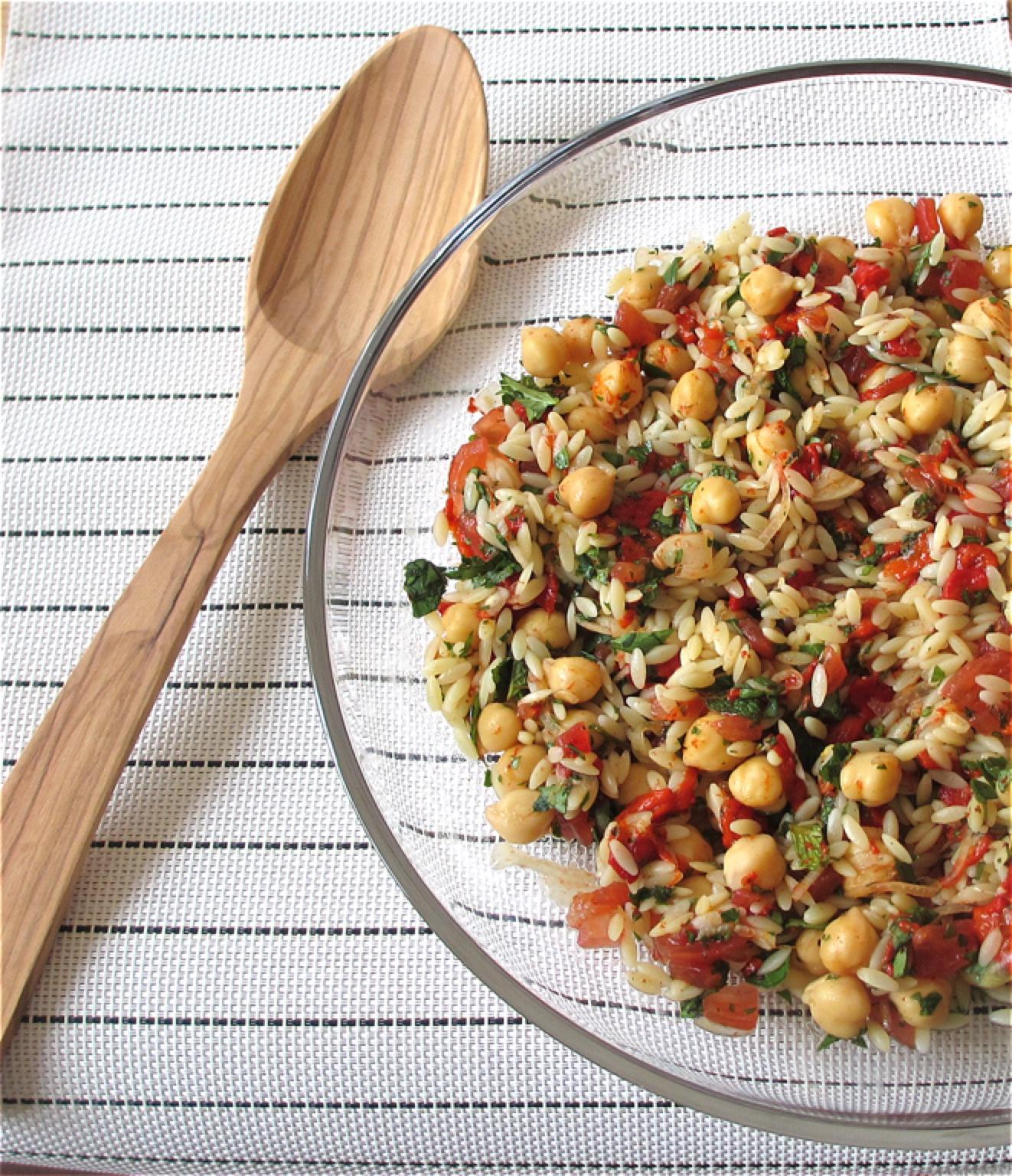 Risosalade met geroosterde paprika en kikkererwten