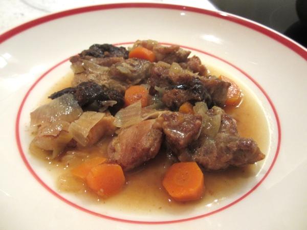 Varkensstoof met pruimen en uien