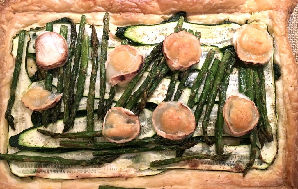 Plaattaart van courgette met groene asperges en geitenkaas