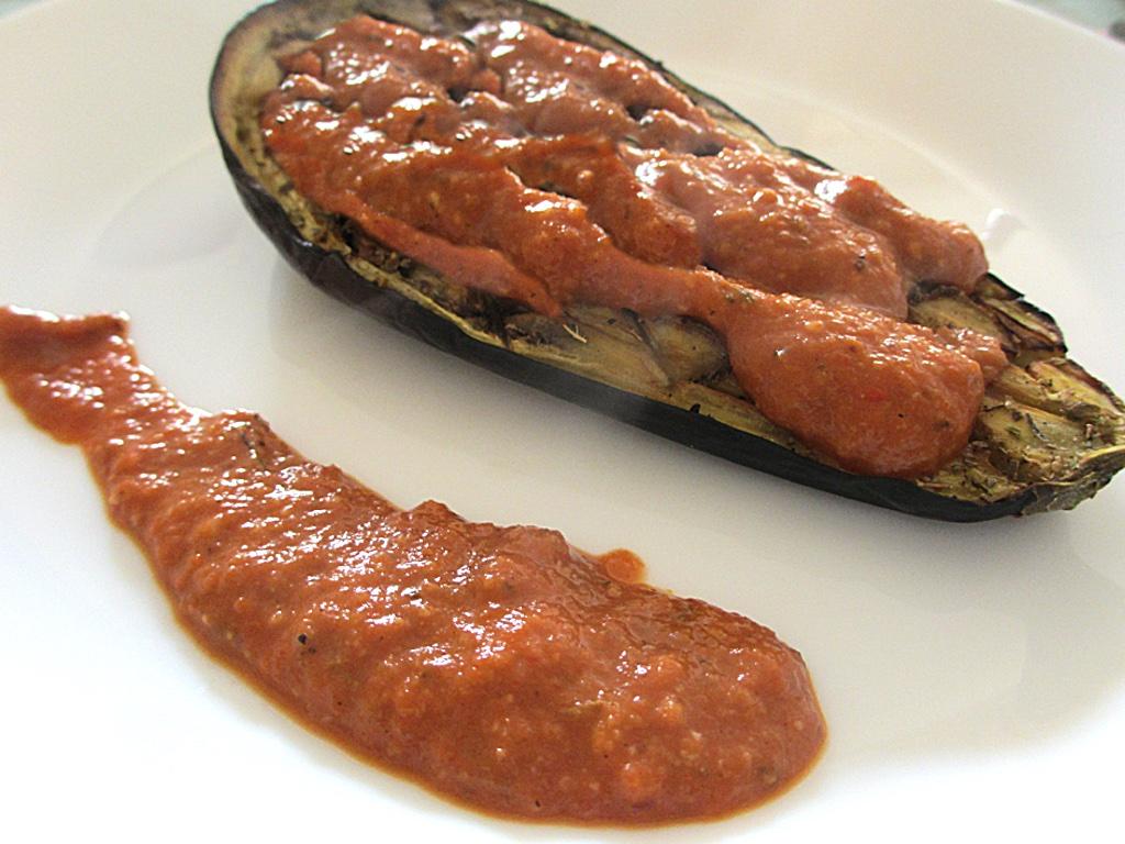 Salsa romesco met geroosterde aubergine
